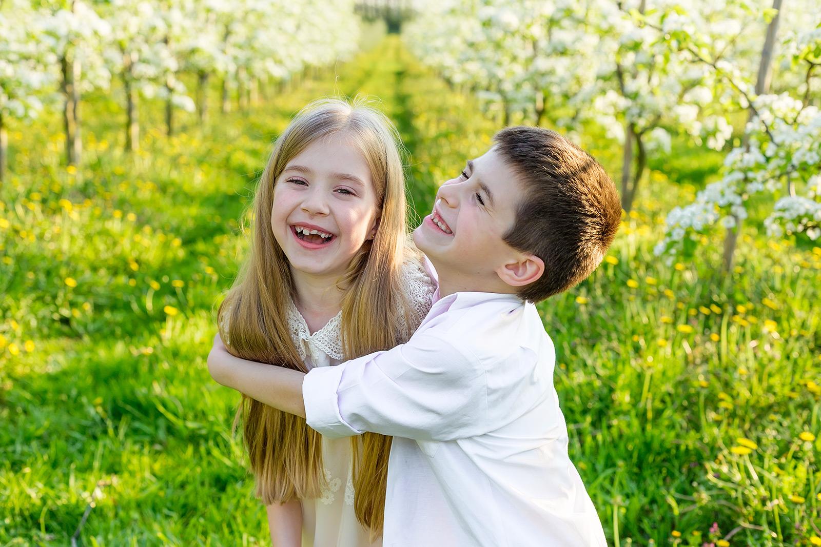 ילד צוחק מחבק ילדה צוחקת