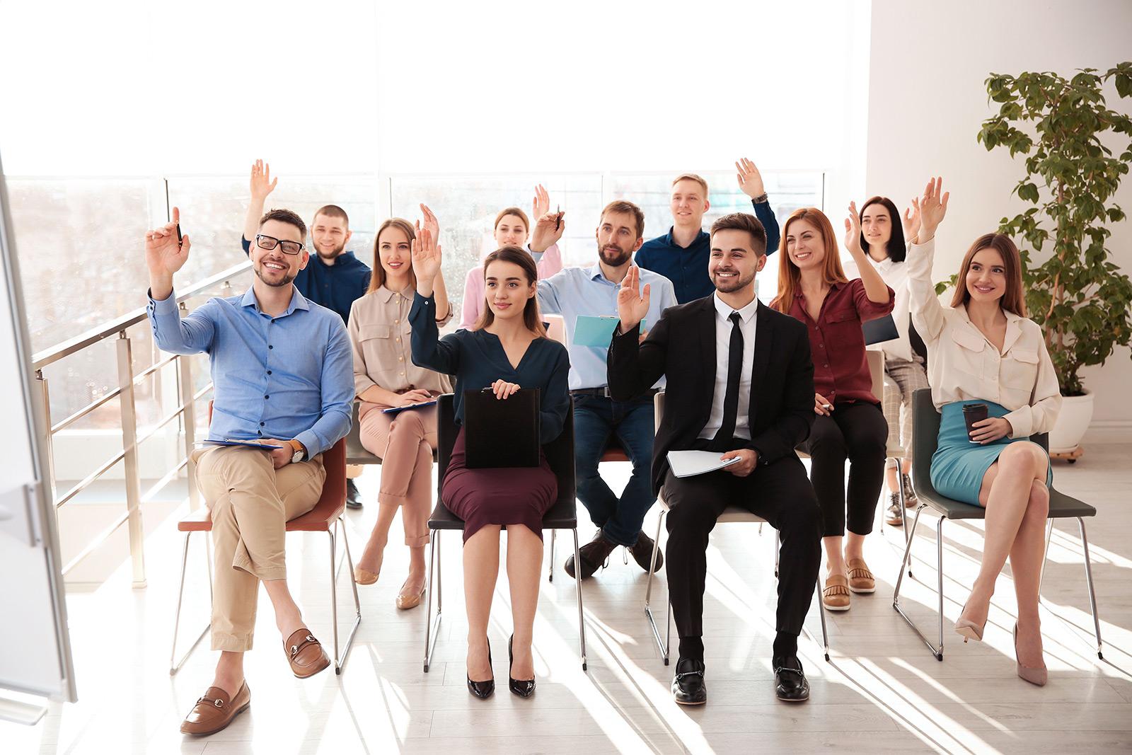 אנשים בכיתה כולם מרימים יד